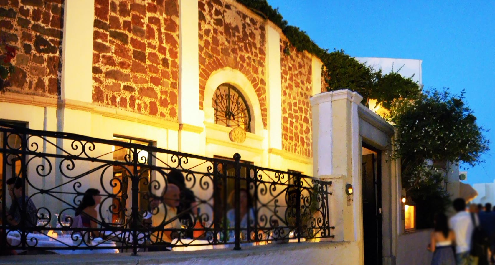 1800 Restaurant in Oia, one of the most famous restaurants in Santorini